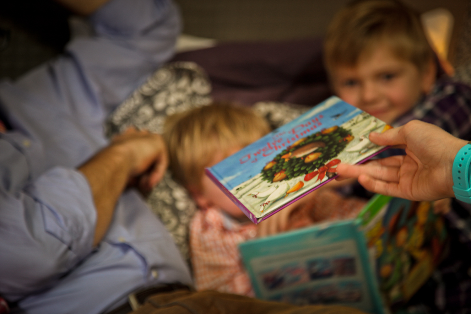"""And then it was time to read, no, sing the """"12 Days of Christmas"""" in bed. Everyone. It was truly a joy to capture. The majority of this family spends a lot of time in Mom & Dad's bed, hanging out so why not pile everyone on their bed for some photos in their natural habitat?"""