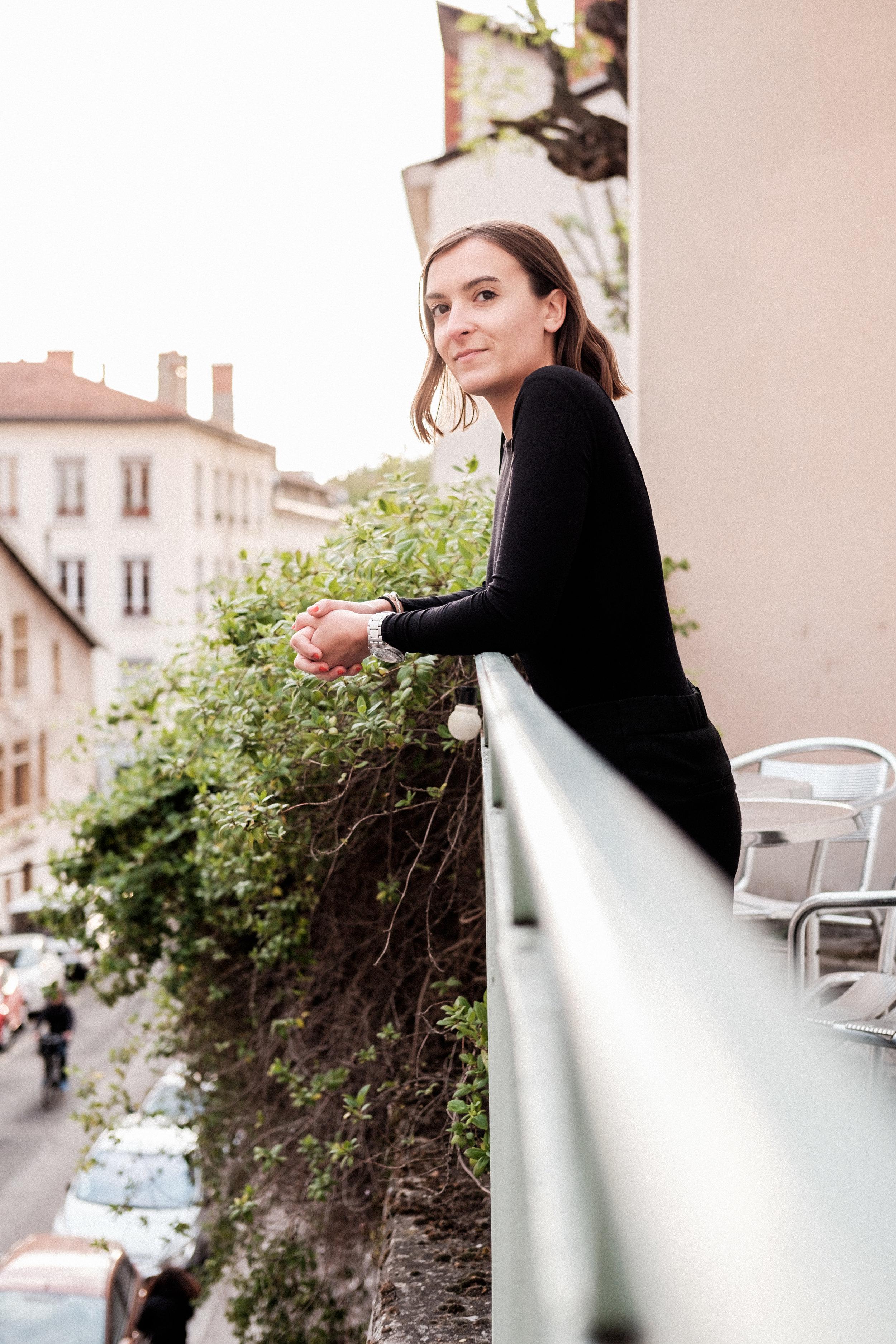 PORTRAIT : JUSTINE, LYON 1er   Des transats, des Spritz posés sur des tables de bistrot et un groupe d'amis réunis pour un apéro à rallonge, vous n'êtes pas sur n'importe quelle terrasse lyonnaise. Vous êtes sur la Bronzette de Justine.