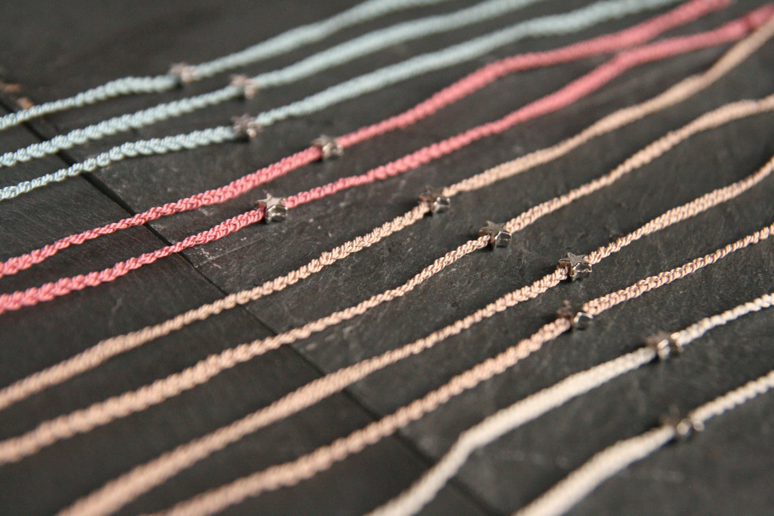 STERNSCHNUPPE  Geflochtene Perlseide mit kleinem silbernem Stern zum Knoten. Stern: ca. 5mm; Band in den Farben rosé, rosa, weiß und blau erhältlich.  15€   BESTELLEN >>