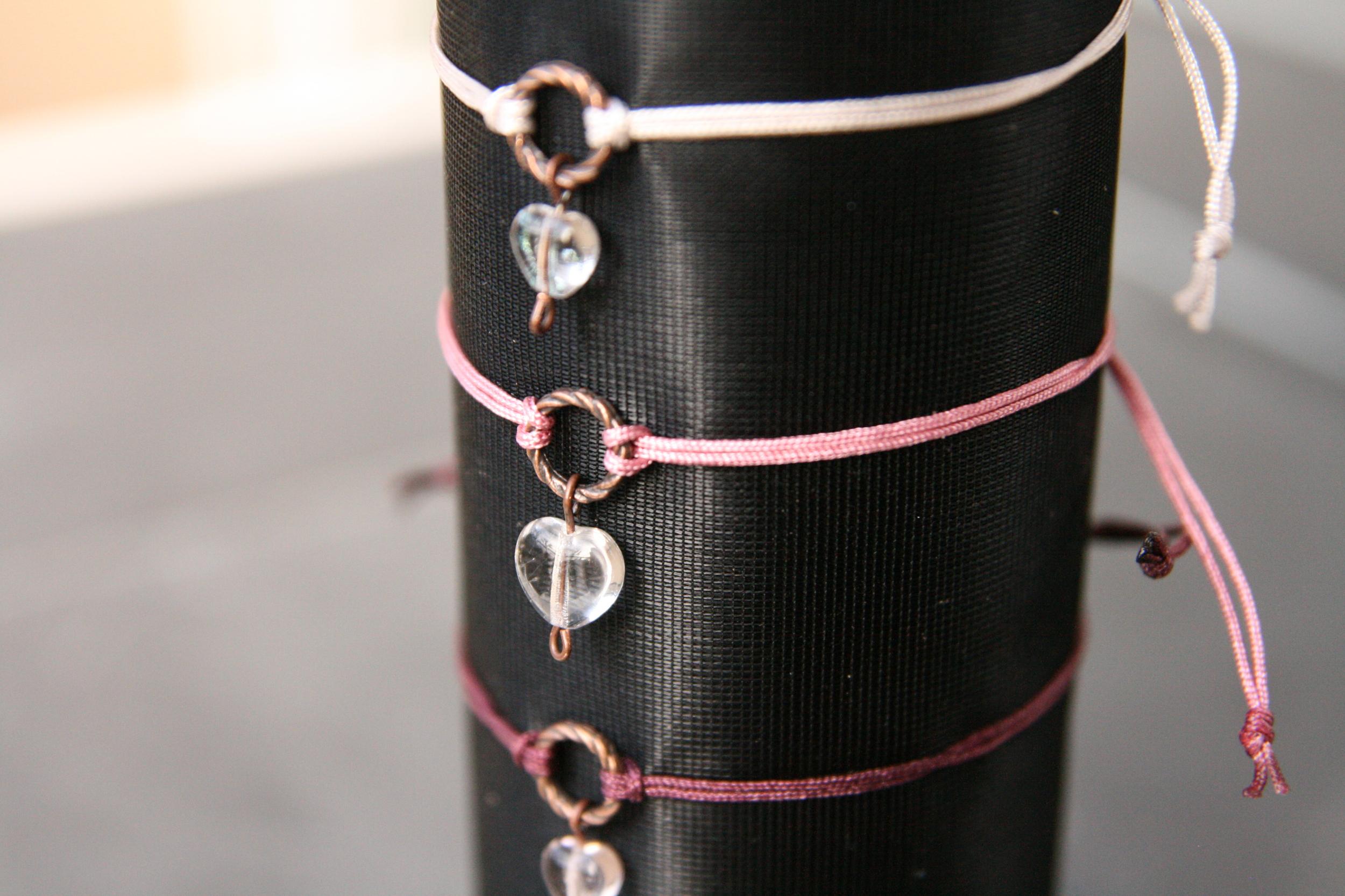 MÄDCHENSCHWARM  Armband mit transparentem Glasherz und kupfer farbenem Ring auf farbigem Band mit verschiebbarem - individuell anpassbarem - Verschluss. Herz: ca. 5mm, Ring: ca. 7mm; Band in den Farben rosa, creme und aubergine erhältlich.  12€   BESTELLEN >>