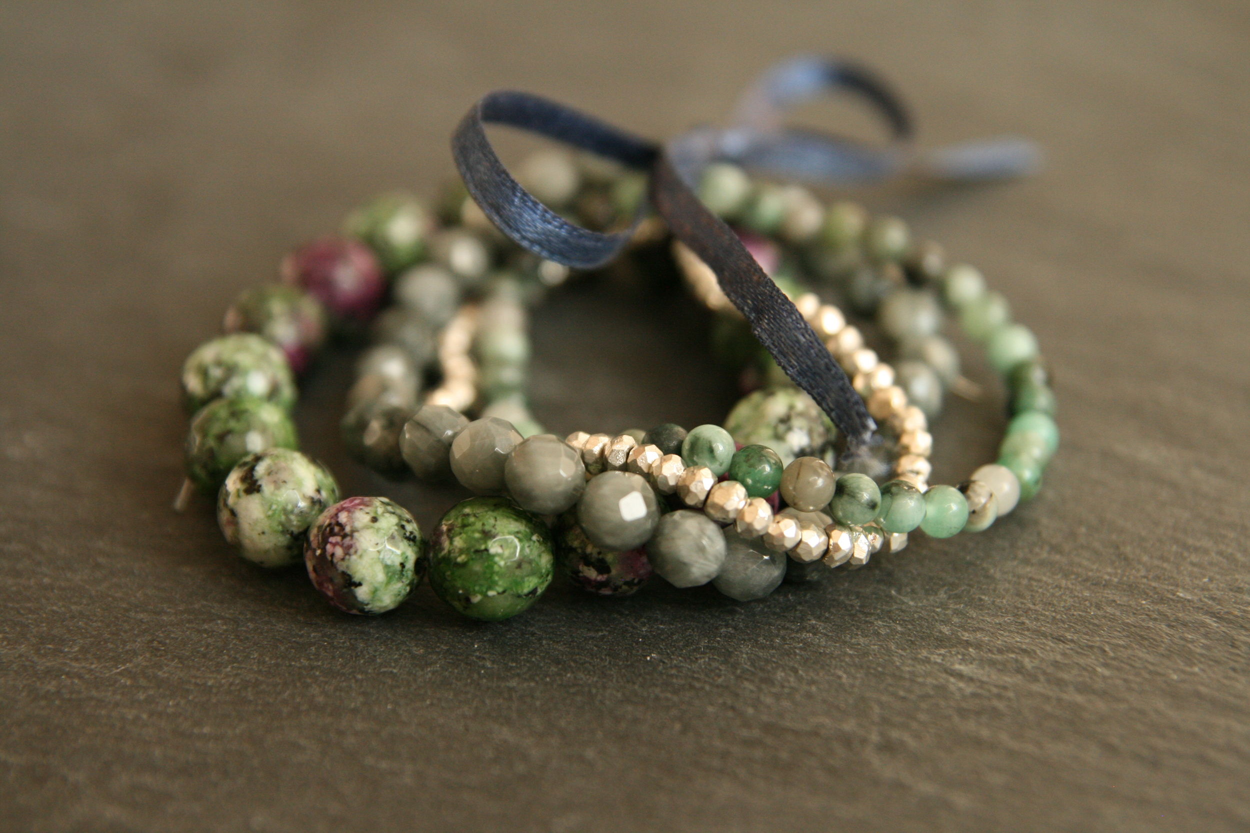 STEINZEIT   Vier  Stück Armbänder aus Rubin-Zoisit, Smaragd, Katzenauge und silber farbiger  Pyrit zu einem Kombinationsarmband lose zusammengefasst. Steingrößen von ca.  3mm-10mm.    BESTELLEN >>   59€