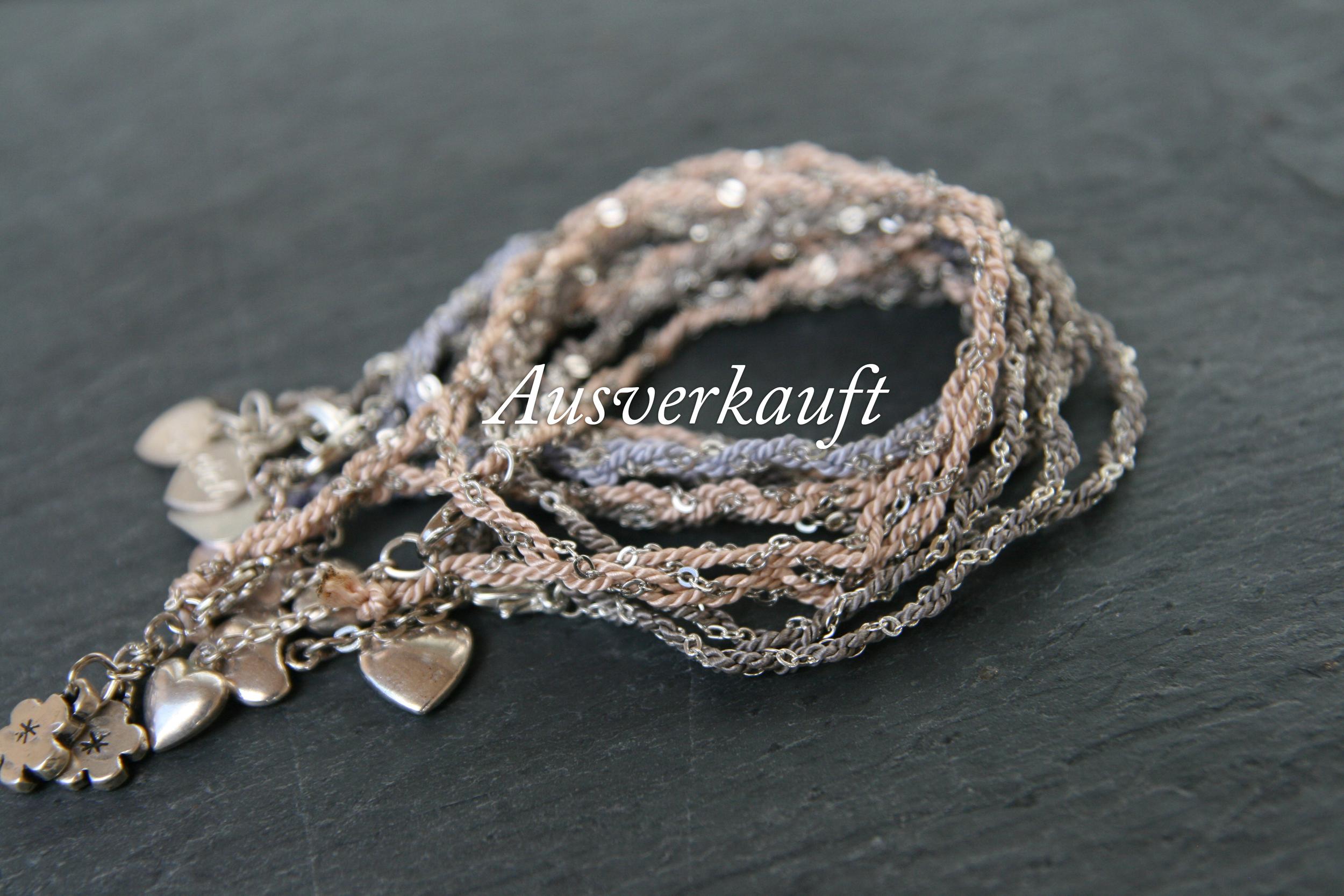 TWISTED  Silbernes Kettchen verknüpft mit Perlseide in Pastellfarben mit diversen Herzanhängern. Herz: ca. 1cm; Band in den Farben rosé, hellblau und taupe erhältlich.  15€