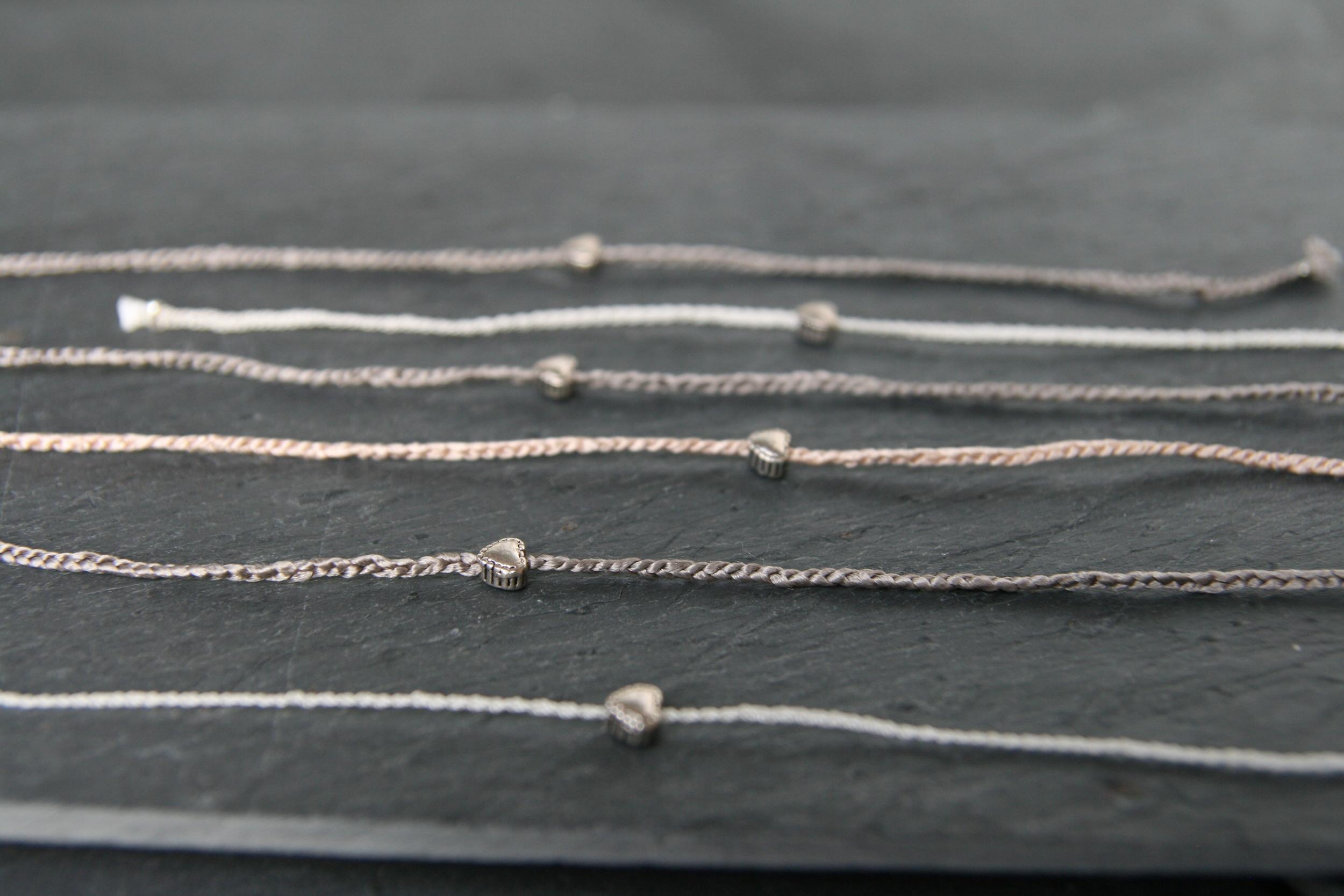 SUMMER LOVE  Geflochtene Perlseide mit kleinem silbernem Herz zum Knoten. Herz: ca. 4mm; Band in den Farben rosé, weiß und taupe erhältlich.  15€   BESTELLEN >>
