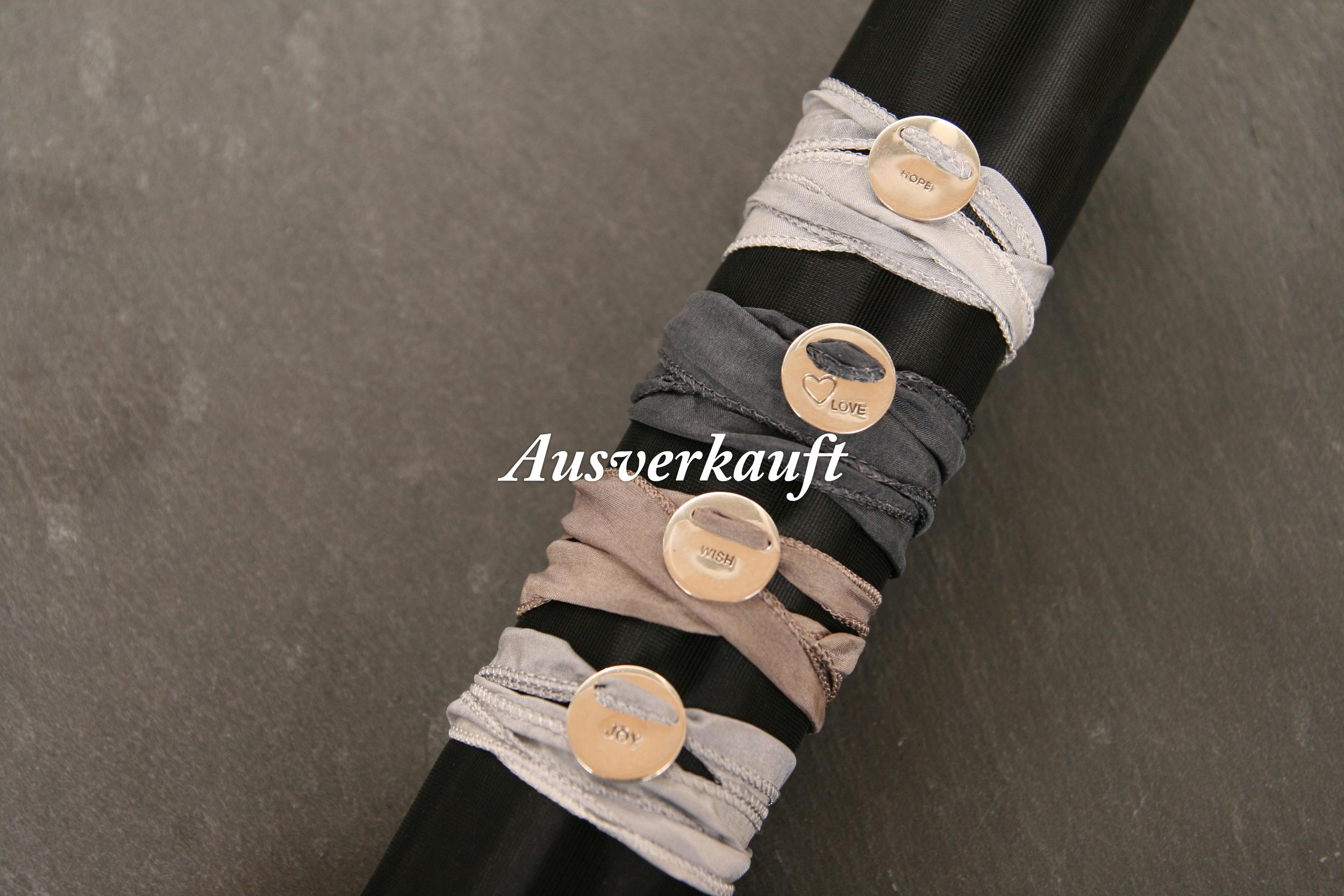LOVE JOY HOPE WISH  Polierte Silberanhänger mit eingearbeitetem Text auf breitem Seidenband. Anhänger: ca. 15mm Durchmesser, Seidenband: 20mm breit; Bänder in den Farben hellgrau, taupe und dunkelgrau erhältlich, Text: LOVE, JOY, HOPE, WISH (auf Nachfrage sind auch andere Farben der Bänder erhältlich!)   BESTELLEN >>   35€