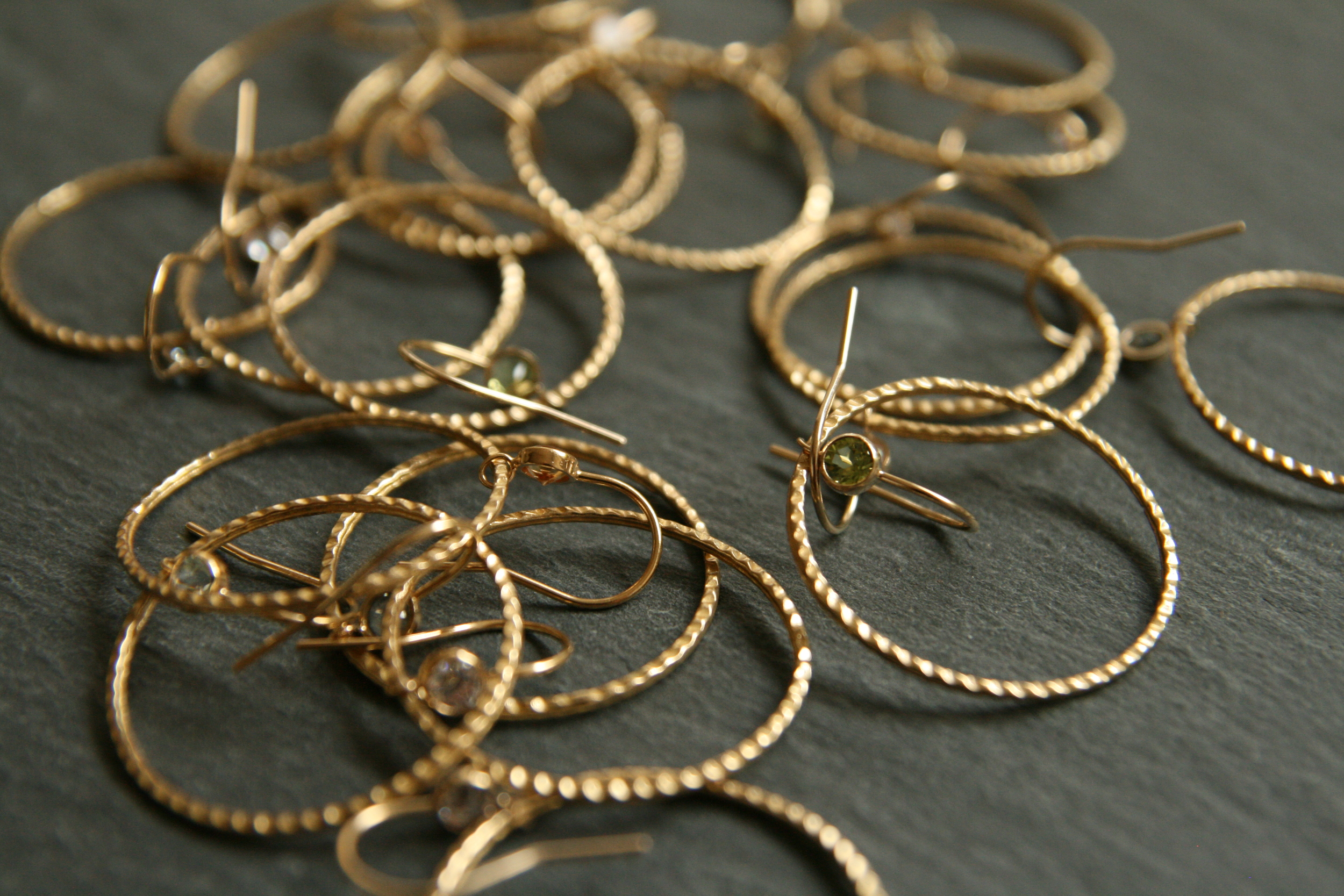 CARMEN  Goldfarbige Ohrringe mit weißem oder farbigem (hellgrün, hellblau, gelb) Stein; Durchmesser Ohrring ca. 3cm.  25€   BESTELLEN >>
