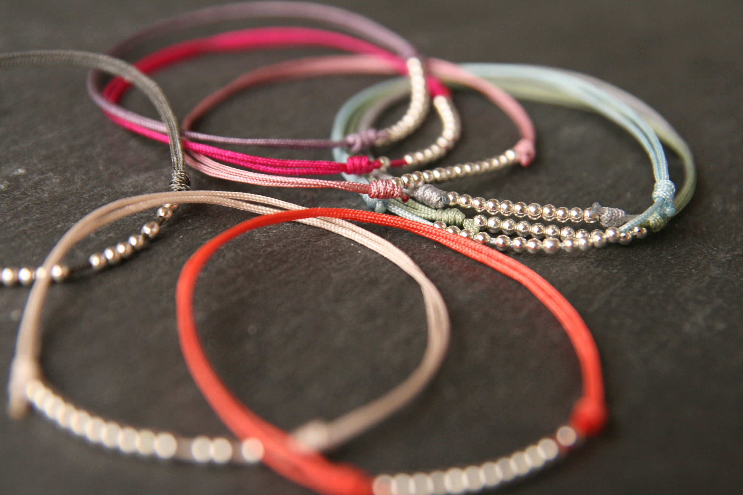 HAPPINESS  Zartes Armband mit versilberten Perlen auf verschiebbarem - individuell anpassbarem - Verschluss. Band in diversen Farben.  22€   BESTELLEN >>
