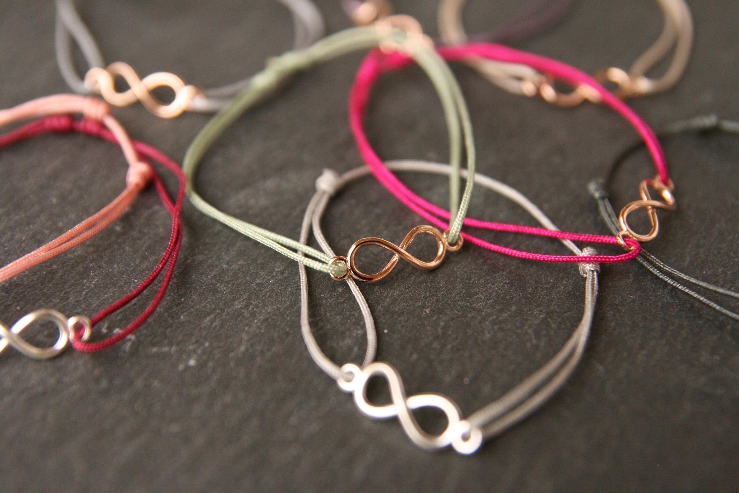 INFINITY  Zartes Armband mit versilberter oder rosé vergoldeter Infinity-Schleife mit verschiebbarem - individuell anpassbarem - Verschluss. Band in diversen Farben.  28€   BESTELLEN >>