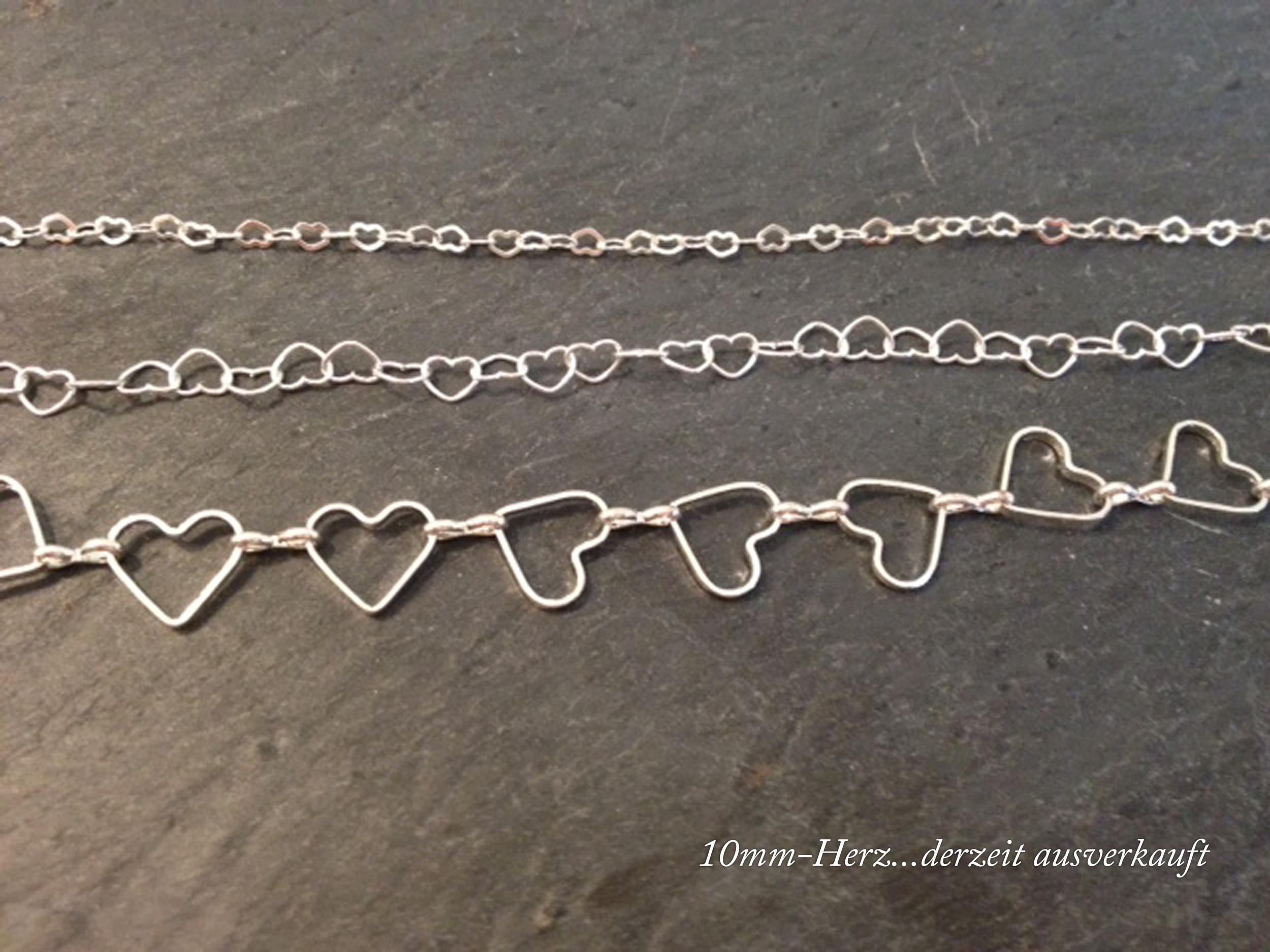 HEART TO HEART  Armband aus aneinandergereihten versilberten Herzen.  Herz (von oben nach unten): ca. 3mm , ca. 5mm, ca. 10mm   BESTELLEN >>   22€