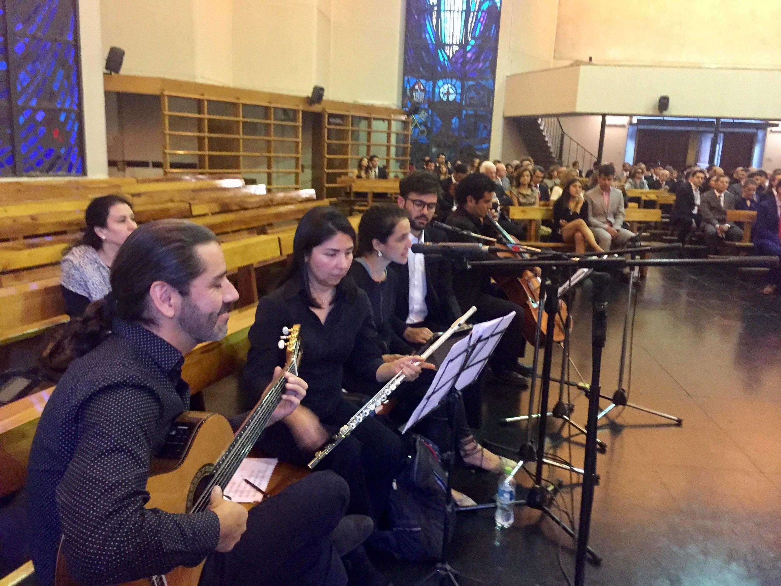Guitarra clásica, flauta traversa, cello, voces Josefina Echenique y Benjamín Walker