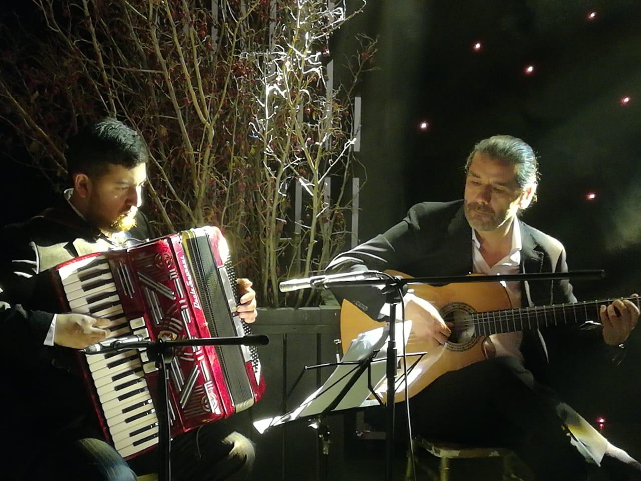 Músicos para eventos Agez Chile Acordeón guitarra violín