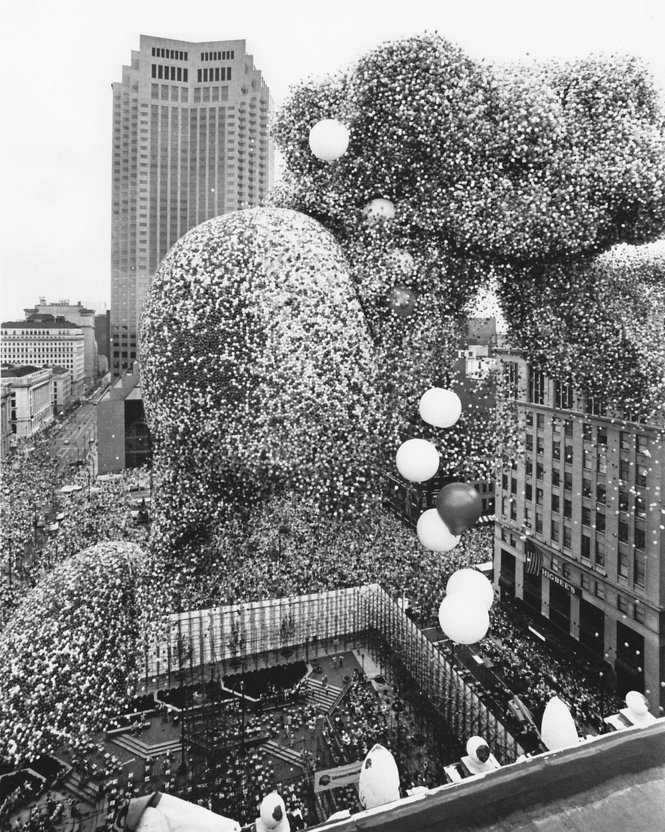 1.5 million balloons released for  Balloonfest 1986  in (where else?) Cleveland, Ohio