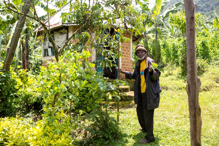 professional-photography, orlando-travel-photographer, uganda, the-people-of-uganda, pygmies, medicine-man, bwindi-national-park, www.dynamitestudioinc.com-37.jpg