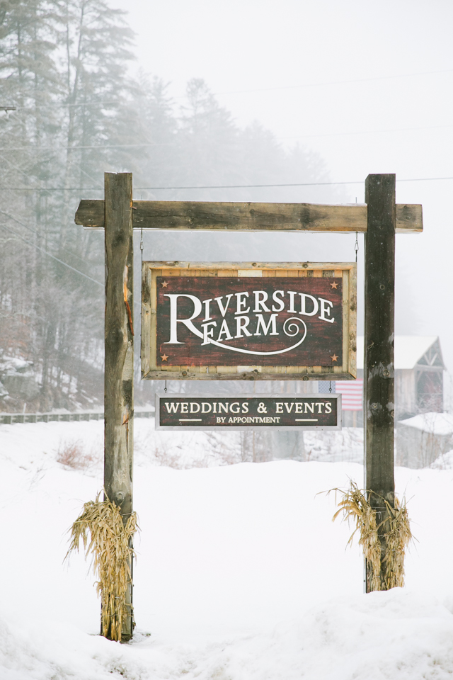 Riverside Farm Weddings sign in Vermont - photo by Jasmine Lee Photography