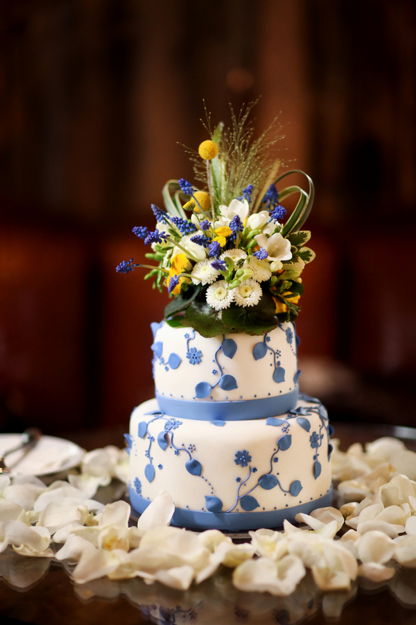 2 tier cake with white frosting and cornflower blue aspen leaves | Pepper Nix Photography