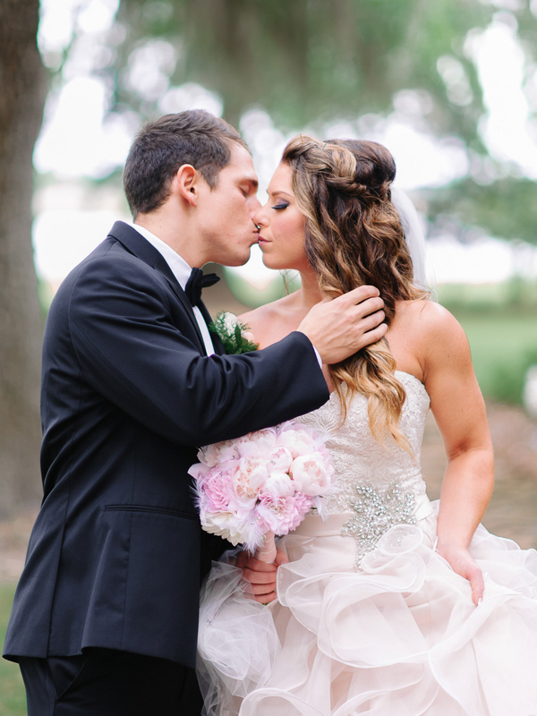 The Southern Wedding First Kiss : photo by Pasha Belman Photography