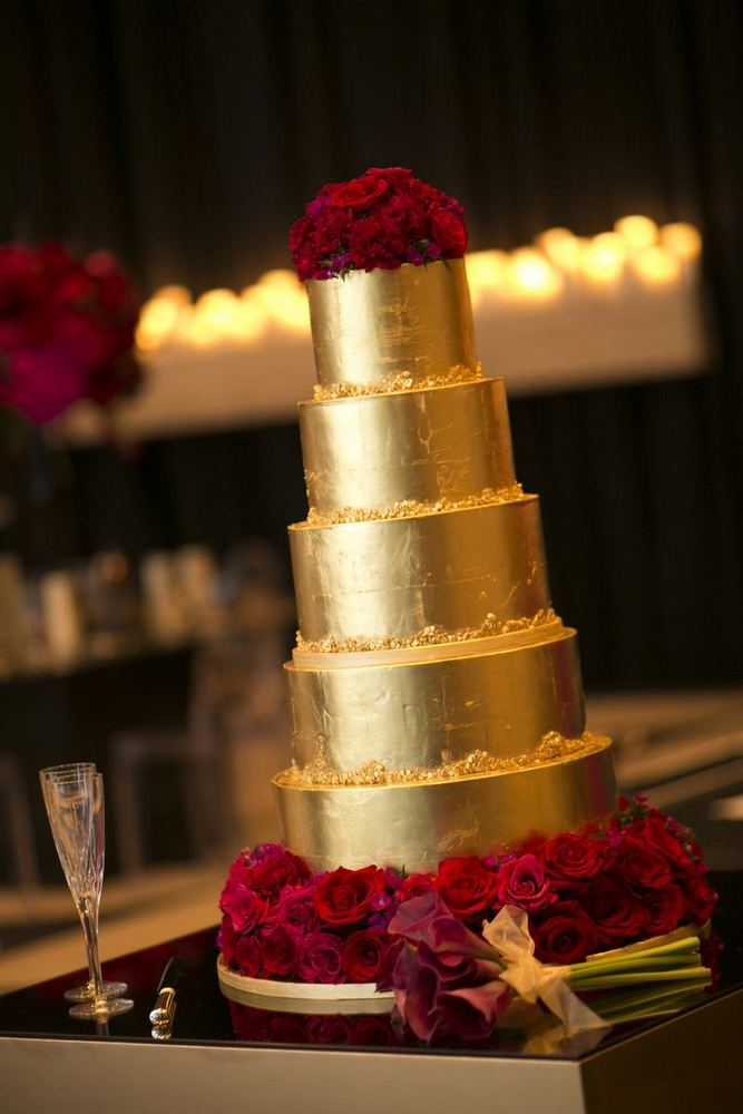 Glamourous Red + Gold Elegant Wedding / photo by Blumenthal Photography / cake by Sweet Passion