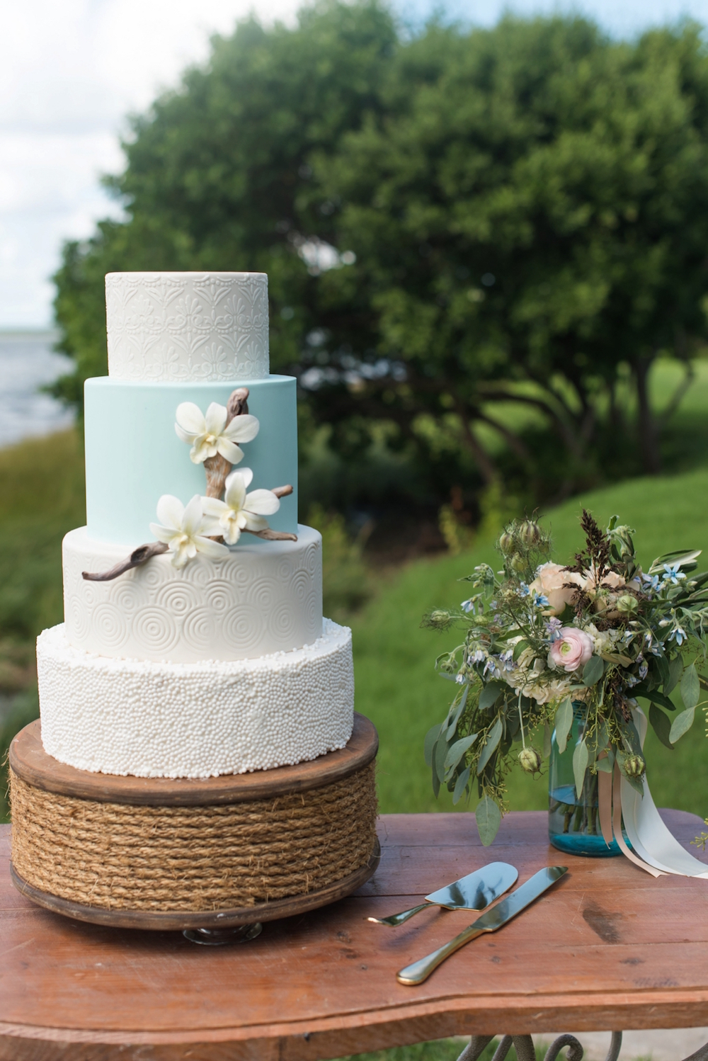 Coastal Chic Inspired Wedding Cake / photo by Caroline & Evan Photography / cake by Hands on Sweets