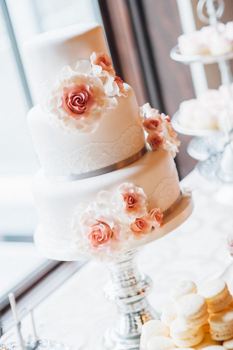 LOVE this gorgeous 2 tiered Cream Wedding Cake with Pretty Sugar Flowers / photo by Pure Aperture Photography / Sweet Dessert by Cake Box