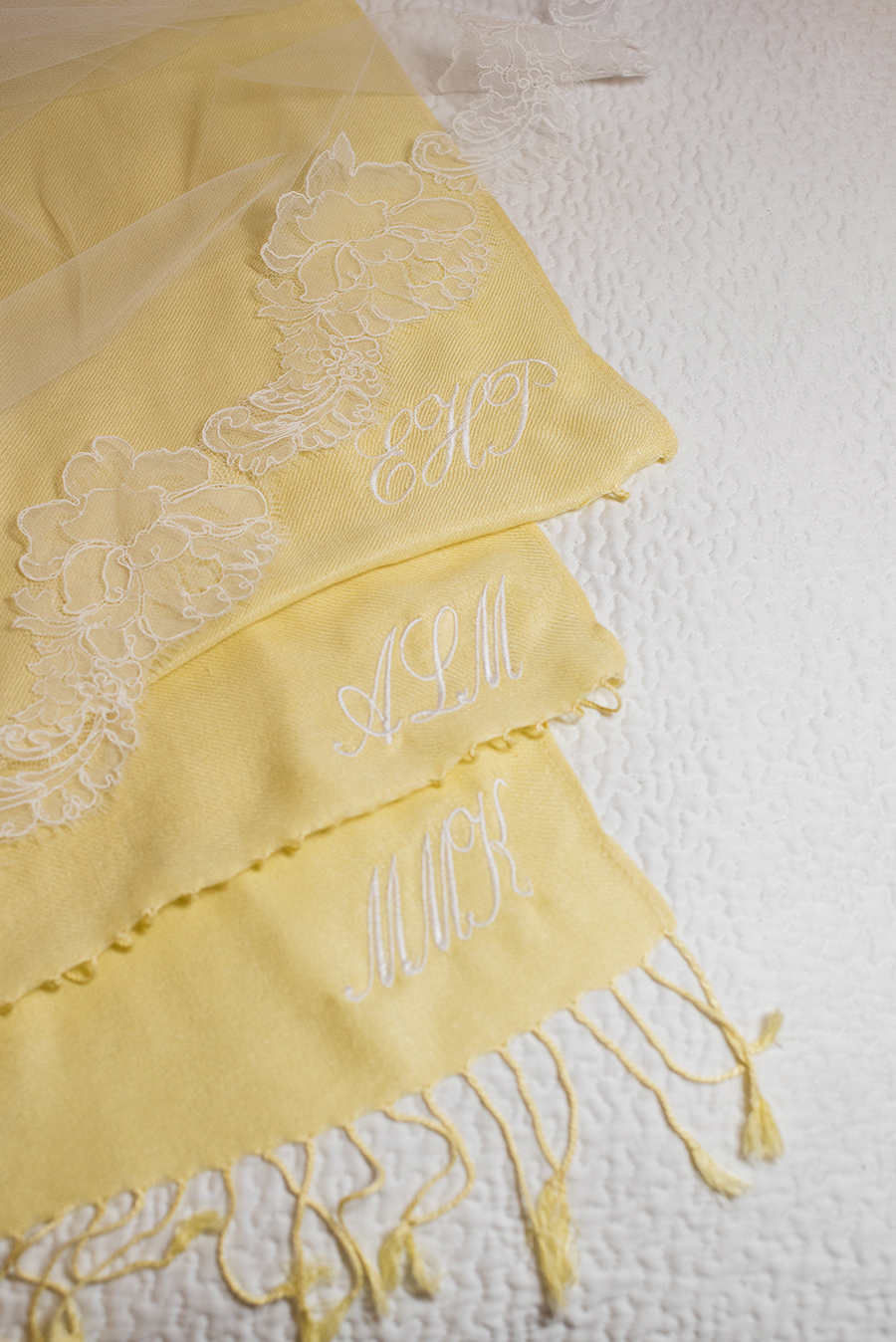 Yellow Pashminas from an Elegant Summer Wedding in Florida / Séverine Photography