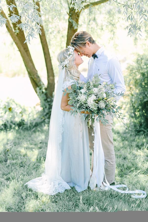 Dreamy Boho inspired bride and groom portrait - photo by Destination Wedding Photographer Linda-Pauline Pehrsdotter in Sweden