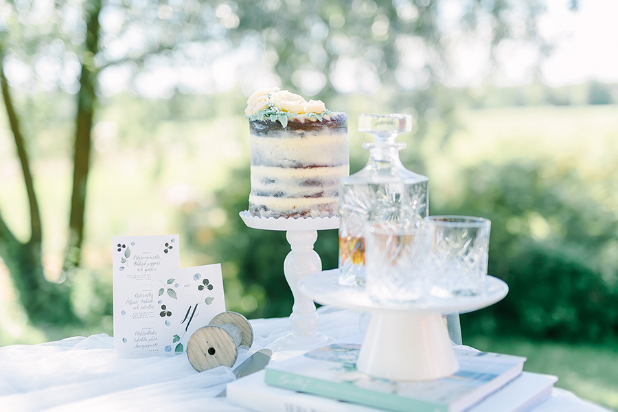 Dreamy Boho styled wedding dessert table - photo by Destination Wedding Photographer Linda-Pauline Pehrsdotter in Sweden