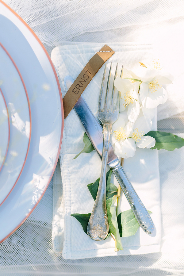 Beautiful Boho inspired wedding tablescape - photo by Destination Wedding Photographer Linda-Pauline Pehrsdotter in Sweden