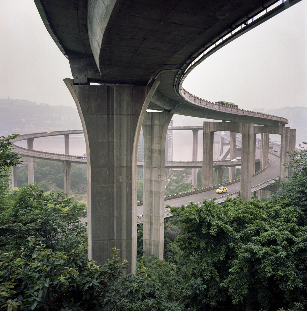The bridge and its arch seen from the Nanping district