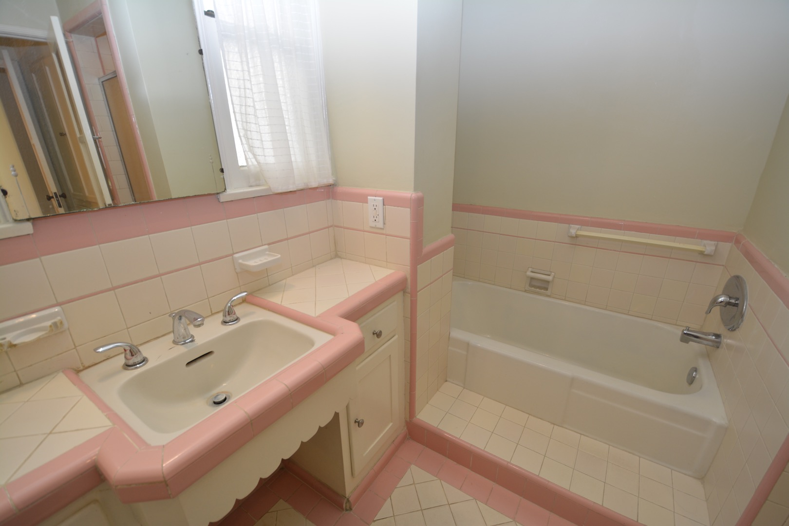Bathroom is GREEN, NOT Pink! Same style.