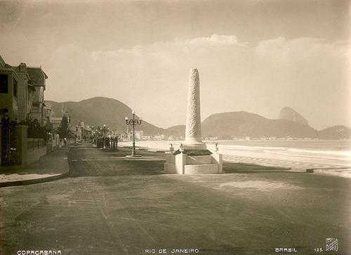 Obelisco na esquina de Siqueira Campos com Avenida Atlântica!