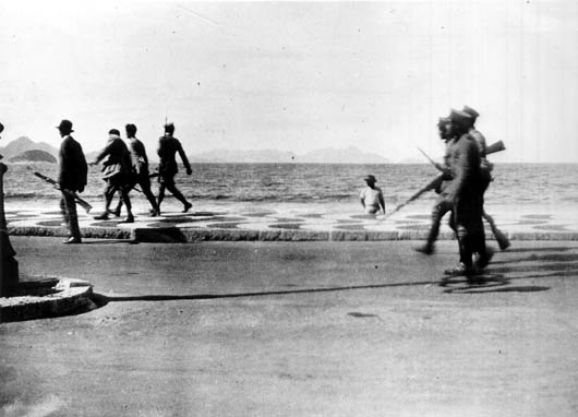 Os 18 do Forte de Copacabana avançam pela Avenida Atlantica em 5 de julho de 1922