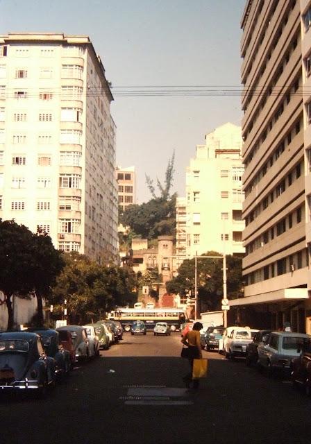 Ao fundo a Rua General Azevedo Pimentel