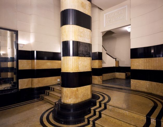 Hall no estilo Art-Decó do edifício Petrônio, nº 55 da Rua Ronald de Carvalho, decorada com mármore vindo da Sibéria, contrução dos anos 30, com 13 andares, 44 apartamentos que variam de conjugado a 3 quartos.