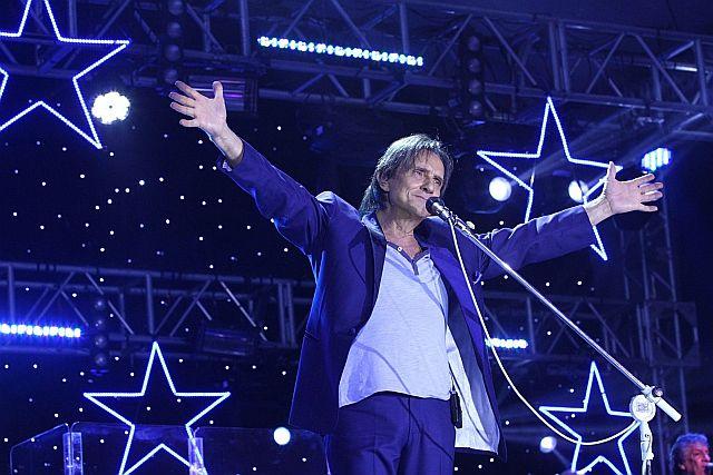 9ago2013---totalmente-vestido-de-azul-roberto-carlos-se-apresenta-no-forte-de-copacabana-no-rio-de-janeiro-o-rei-cantou-seus-maiores-sucessos-acompanhado-de-orquestra-e-coral-o-show-faz-parte-de-137613867.jpg