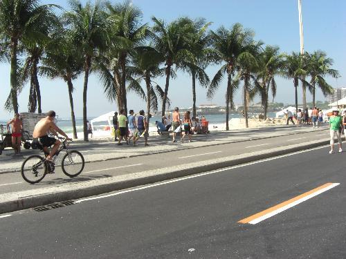 Ciclovia na praia de Copacabana