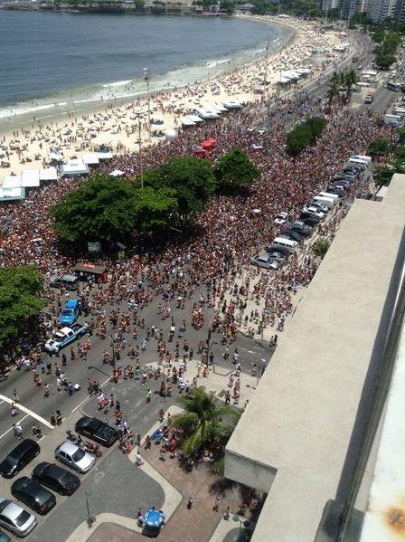 Bloco desfila no Carnaval 2013 na Praia de Copacabana