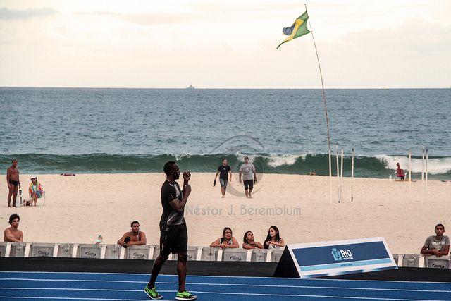 O velocista Usain Bolt em Copacabana