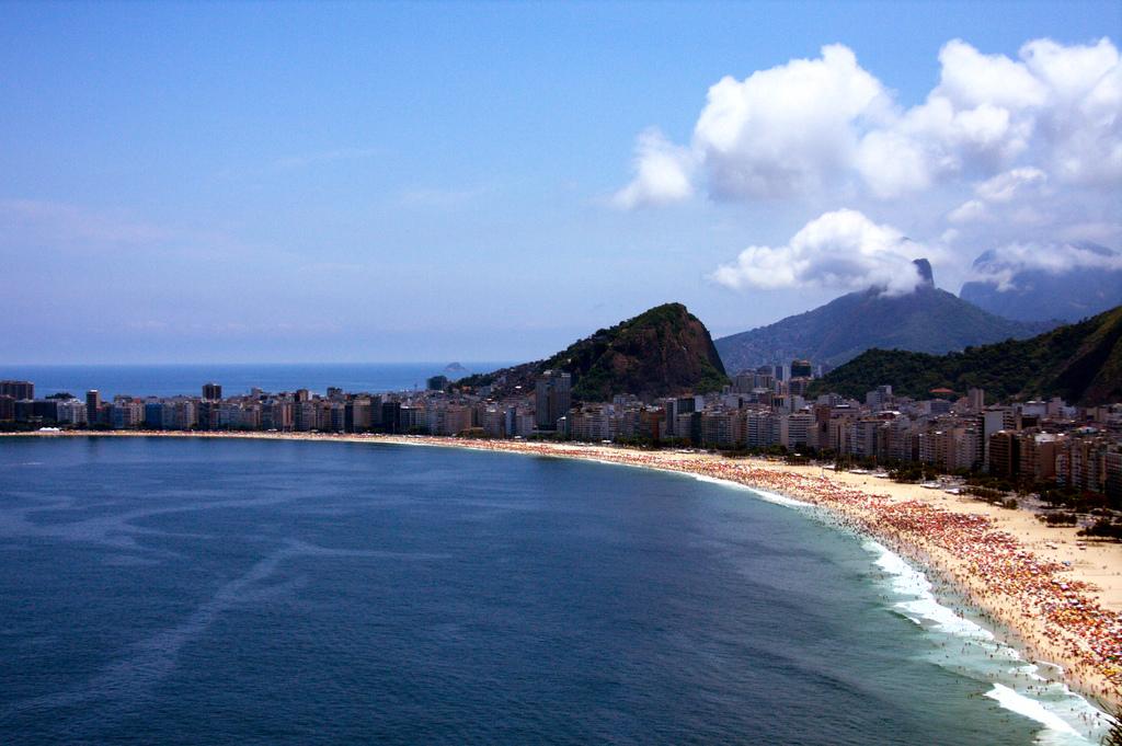Praia lotada em dia de calor