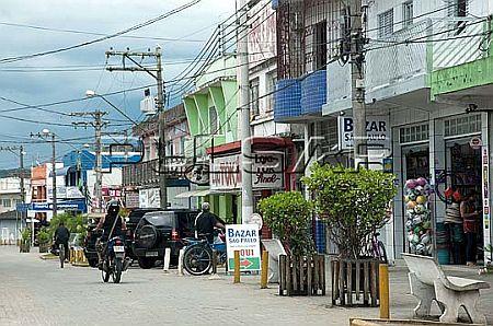 Cal�ad�o com lojas no centro da cidade de Juqui� - Vale do Ribeira - regi�o sul do Estado de S�o Pau Local: Juqui� - SP Data: 02/2012 Tombo:  44DM518 Autor: Delfim Martins