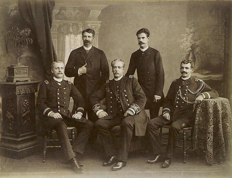 Oficiais da Armada Imperial sentados, príncipe Dom Augusto (a esq.) e o Almirante Saldanha da Gama (centro), c.1889