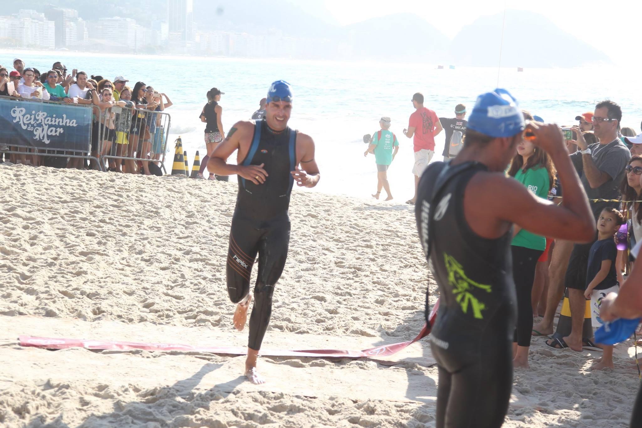 Luiz Lima cruza a linha de chegada em Copacabana