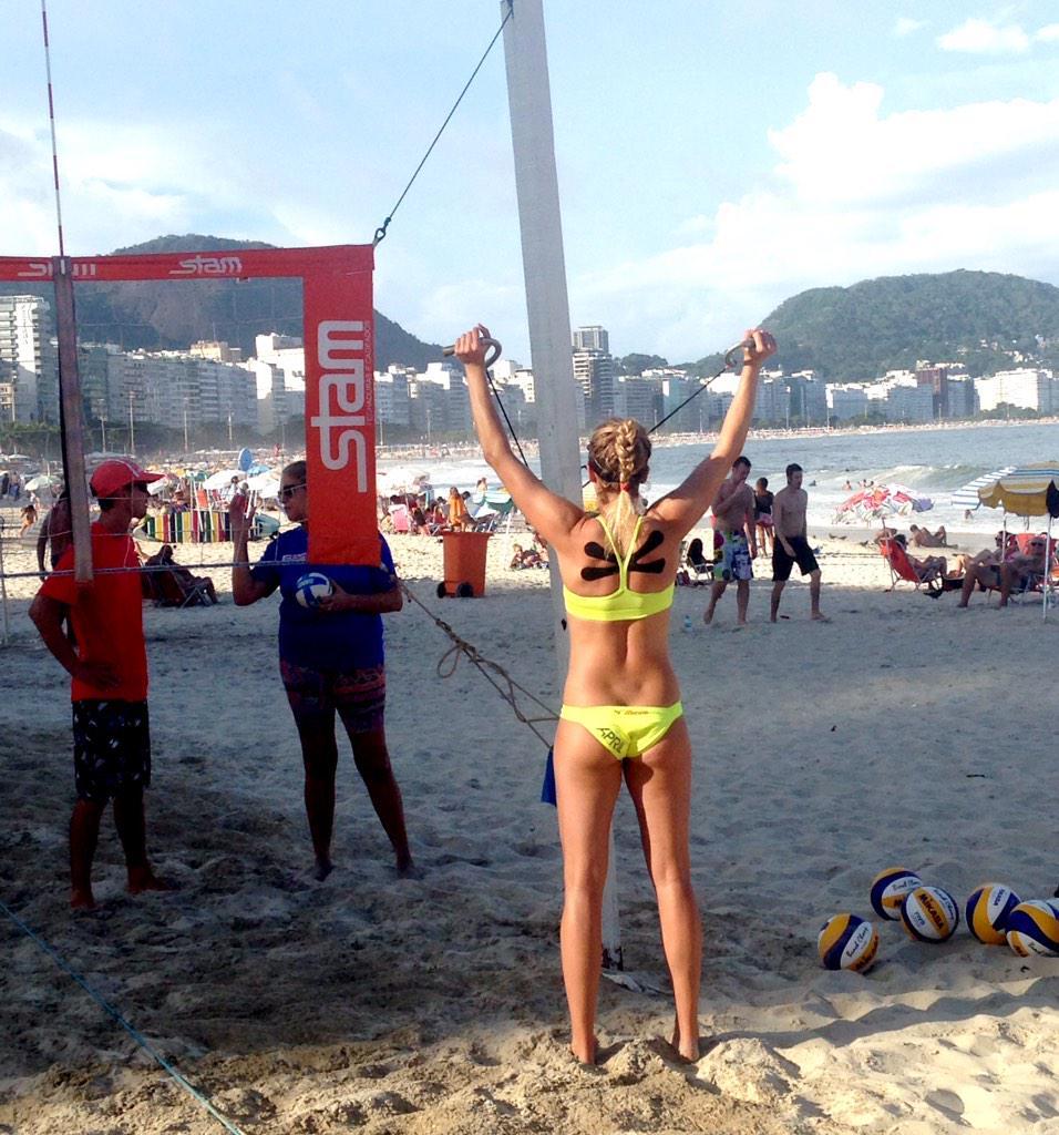 A campeã de volei de praia April Ross em Copacabana