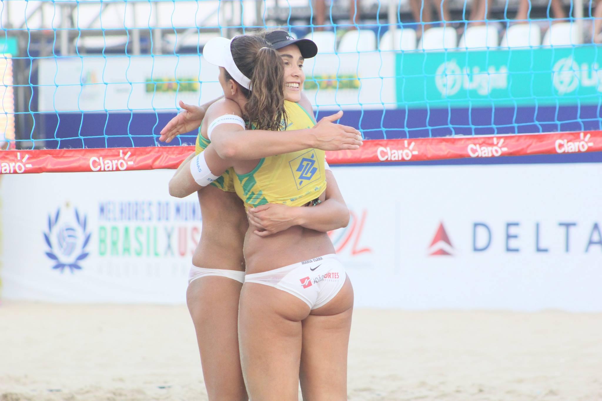 Dupla de Volei de Praia Maria Clara e Carol na Praia de Copacabana