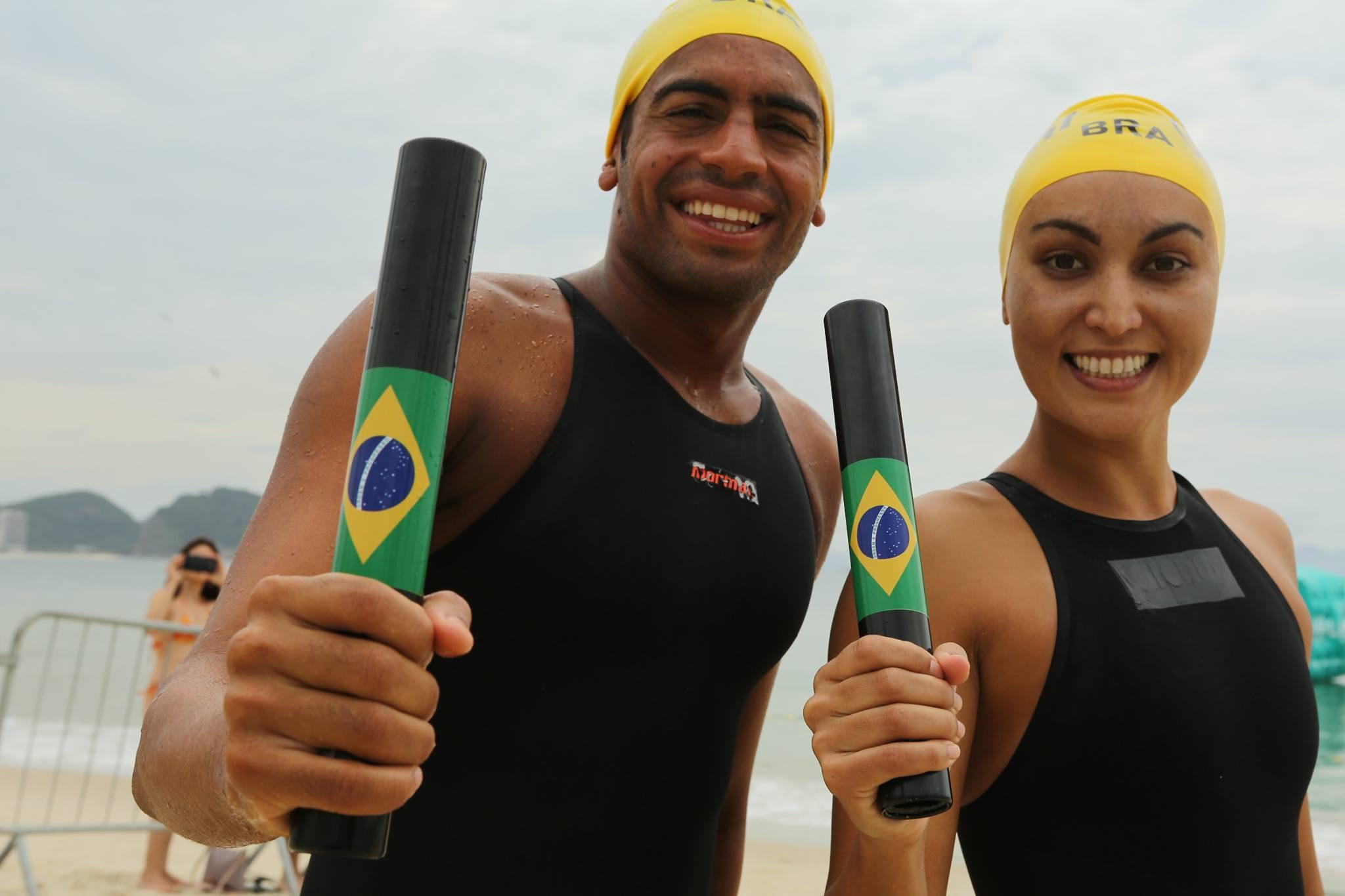 Allan do Carmo e Poliana Okimoto na Praia de Copacabana