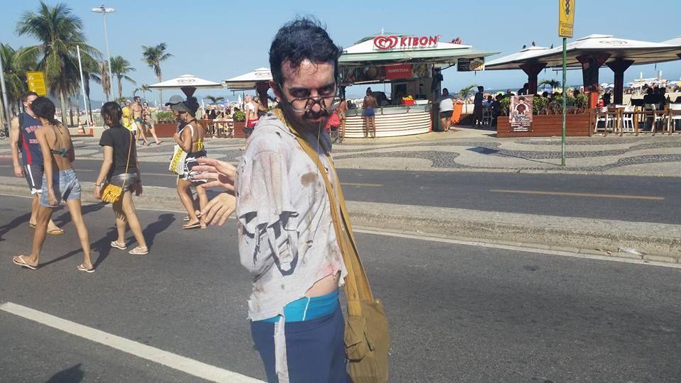 Zumbie faz pose para foto em Copacabana