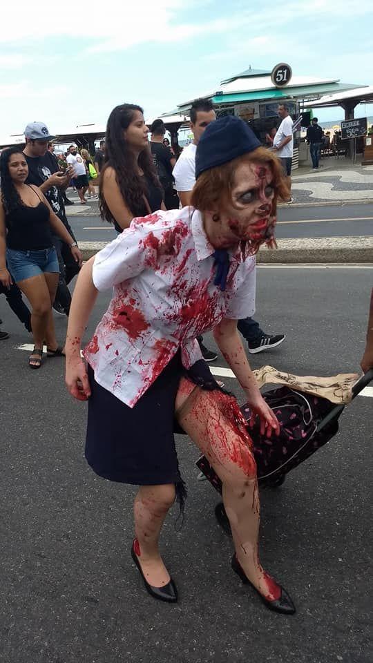 Aeromoça zumbi chegando na Zombie Walk de Copacabana 2017