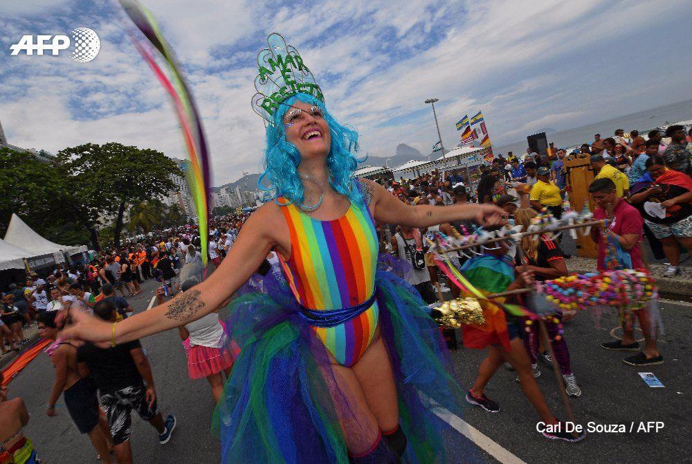 Praia de #Copacabana colorida pelo Arco-iris da Parada Gay 2017