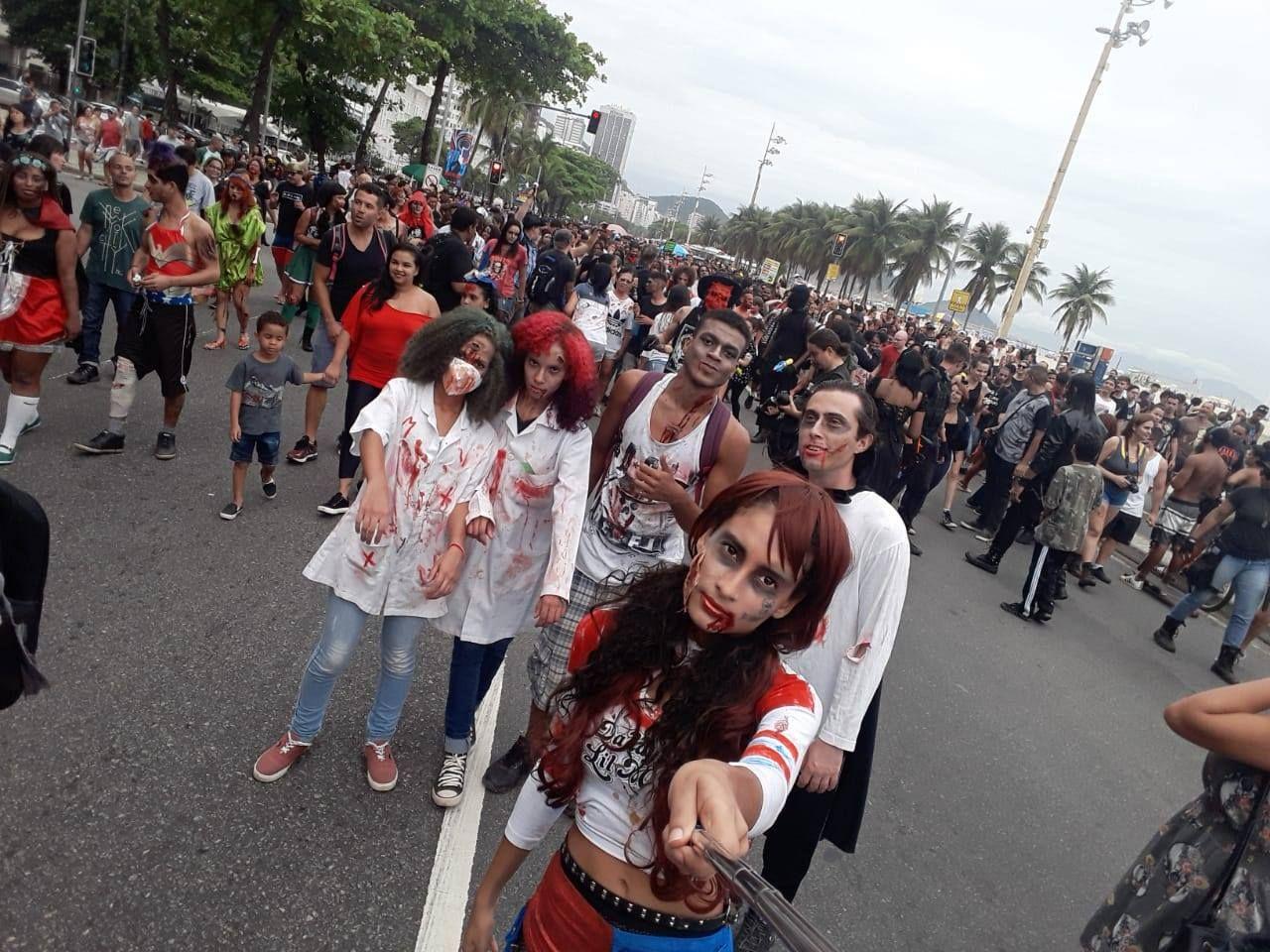 Mortos vivos fazem uma selfie na Praia de Copacabana durante a Zombie Walk 2018