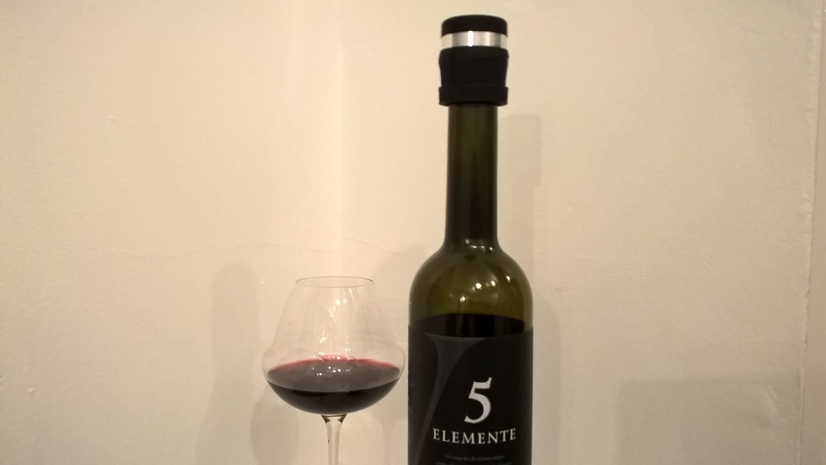 We tested it on one of our favourite red wines, the 5 Elemente 2013 from Equinox. The wine was still gluggable after 8 days
