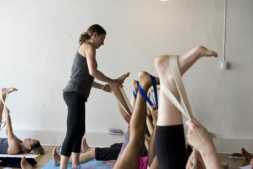 Guidé(e) par les mains habiles d'un(e) instructeur(trice) certifié en Jivamukti, tu seras assisté(e) en chaque moment et dans chaque movement dans un cours de groupe à l'horaire. Les mains de l'instructeur(trice) ne te quitteront quasiment jamais pendant tous les ajustements.