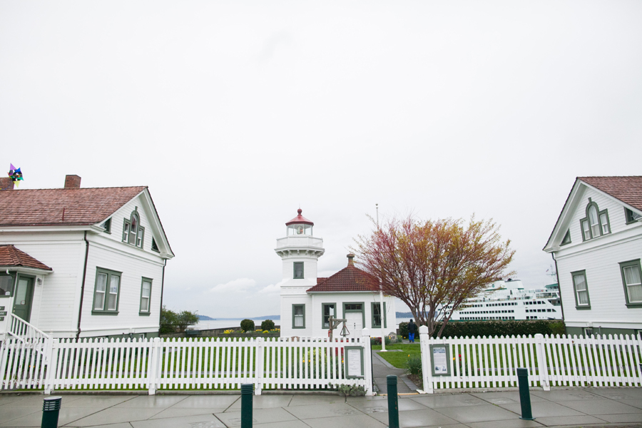 001-mukilteo-washington-lighthouse-engagement-session.jpg
